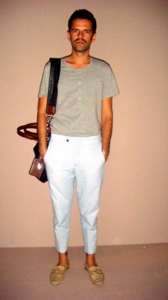 Bigote. Pantalon corto y mocasines (Madrid Fashion Week)