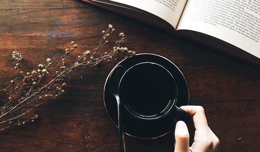 Un bandido armado con un café y un libro